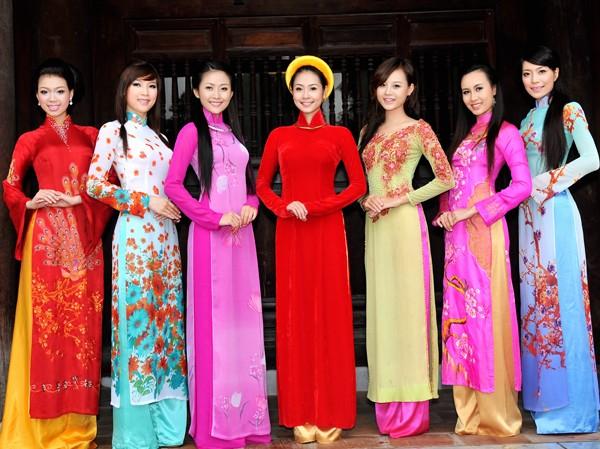 Áo dài bên Văn Miếu ngàn xưa