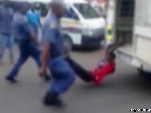 Hình ảnh cắt từ clip, người đàn ông bị còng tay vào sau xe rồi bị kéo lê trên phố
