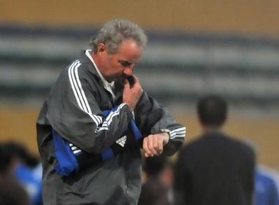 Riedl khóc hận vì hàng thủ