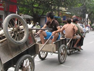 Xe máy chở bốn, kéo ba giữa Hà Nội