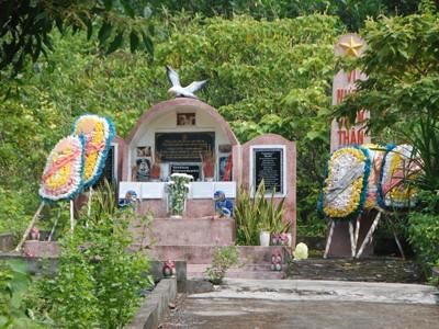 Hai phần mộ lặng lẽ ở Truông Bồn