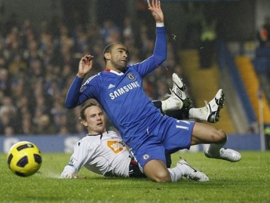 Chelsea thắng nhọc, Arsenal bị cầm hòa