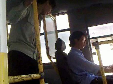 Đình chỉ lái xe và phụ xe buýt làm nhục hành khách