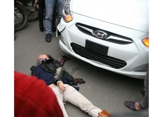 Chiếc xe  Hyundai gây tai nạn liên tiếp và chỉ dừng lại khi một phụ nữ nằm bất động trước mũi xe