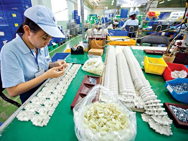 Công nhân trong dây chuyền một công ty Nhật Bản tại khu chế xuất Tân Thuận.