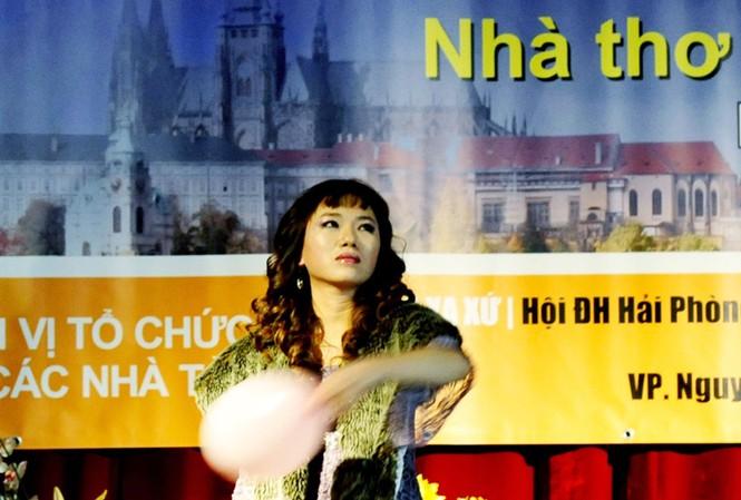 Nhà thơ Vi Thuỳ Linh trong buổi trình diễn tại Praha 27/11/2011. Ảnh: Hà Cần