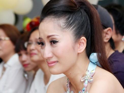Khánh Thi rơi nước mắt trong ngày sinh nhật