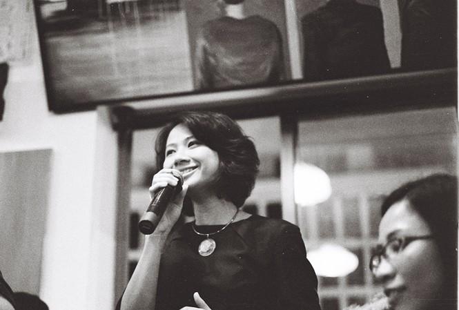 Ca sĩ Giang Trang (ảnh trên) và bìa đĩa CD của cô (ảnh dưới)