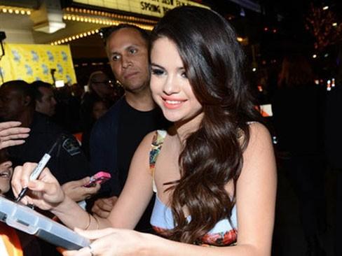 Selena Gomez  rạng rỡ trong buổi ra mắt phim mới