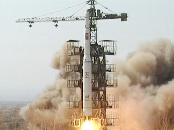 Tên lửa Taepodong-2 của Triều Tiên rời bệ phóng 2009 Ảnh: AP
