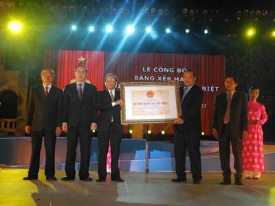 Phó Thủ tướng Nguyễn Thiện Nhân trao bằng xếp hạng Côn Đảo cho tỉnh BR-VT  Ảnh: P.Hùng