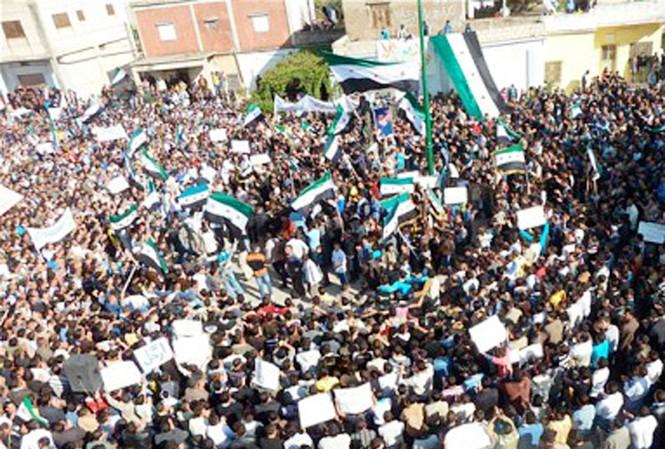 Dòng người biểu tình phản đối tổng thống Syria ở Homs