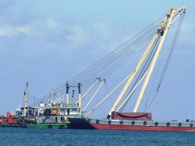Bắt đầu trục vớt tàu chở 66 container ôtô