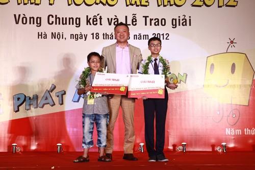 Tổng giám đốc Honda Vietnam Masayuki Igarashi trao thưởng cho thí sinh đoạt Nhất Ý tưởng trẻ thơ 2012