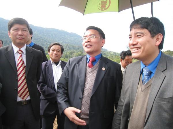 Thủ lĩnh hai Đoàn Thanh niên thăm một cơ sở trồng cao su Việt - Lào