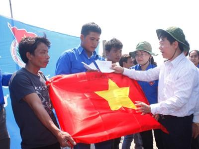 1.000 lá cờ cho ngư dân trẻ Lý Sơn