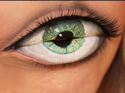 Vẽ mắt lên môi