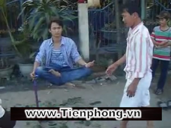 Người thanh niên tay cầm chiếc gậy ngồi thiền cách mặt đất chừng 1 mét