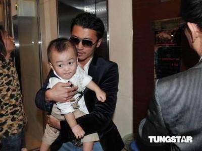 Tạ Đình Phong đưa hai con đến dự sinh nhật bà nội