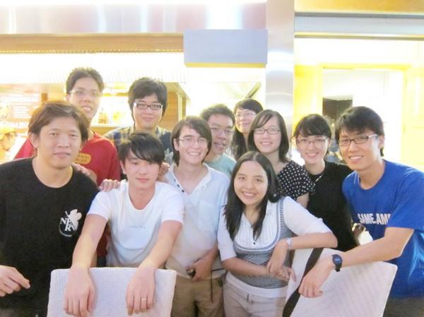 Quỳnh Anh (hàng đầu thứ nhất bên phải) và các sinh viên quốc tế