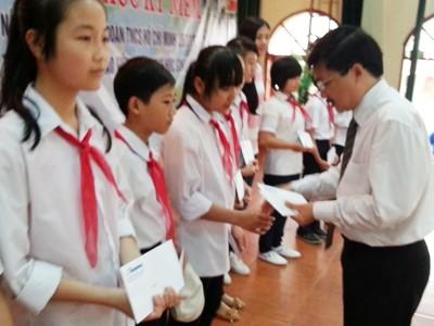 Báo Tiền Phong trao học bổng cho học sinh nghèo
