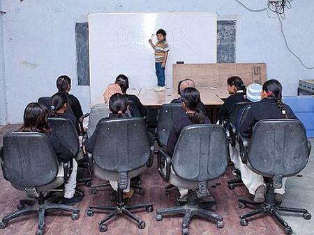 Thầy giáo nhỏ nhất thế giới, 22 tuổi cao 0,9m