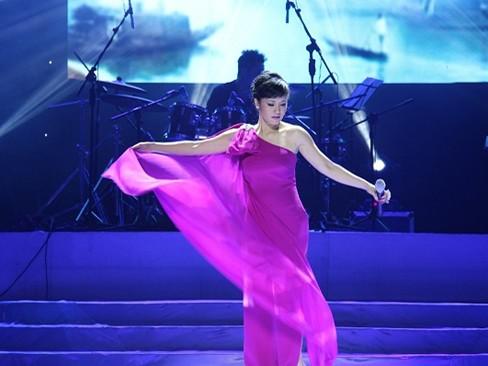 Diva Hồng Nhung múa váy như lên đồng