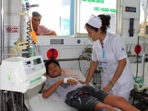 Khám cho trẻ bị sốt xuất huyết. (Ảnh: Phương Vy/TTXVN)