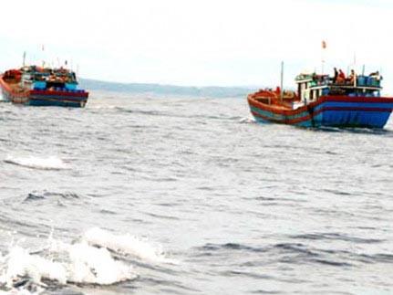 Ngư dân quyết liệt cứu tàu trên biển