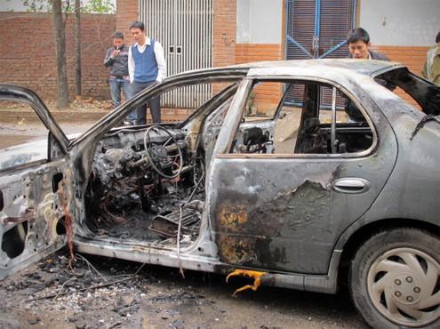 Ôtô Nissan bốc cháy sau khi phát nổ
