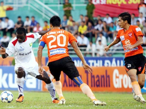 Một pha bóng trong trận Sài Gòn FC hòa SLNA 2-2 Ảnh: Tường Vũ