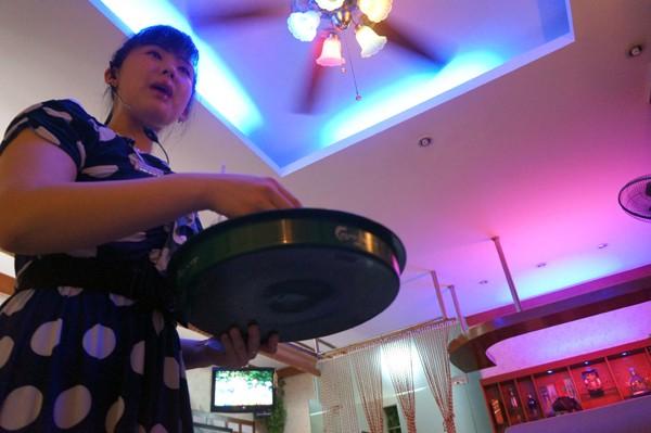 Các nhân viên của nhà hàng Bình Nhưỡng Quán phục vụ rất chu đáo
