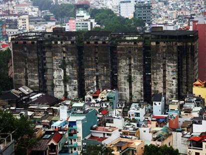 TPHCM: Chung cư chờ sập hoang tàn đáng sợ