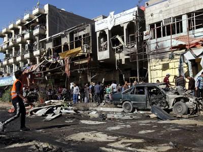 Cảnh hoang tàn sau vụ đánh bom bằng ôtô gài bom ở quận Al-Mashtal, thủ đô Baghdad. Một loạt vụ đánh bom liên hoàn đã xảy ra tại nhiều quận của người Shiite khắp Baghdad lẫn phía nam ngoại ô thủ đô Iraq trong ngày..
