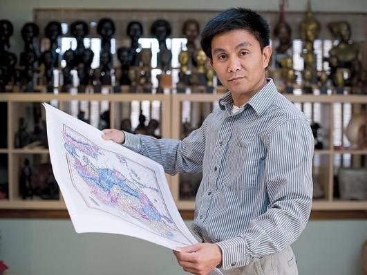 Anh Trần Đình Thắng cầm trên tay một tấm bản đồ tại nhà riêng ở  West Hartford, Connecticut