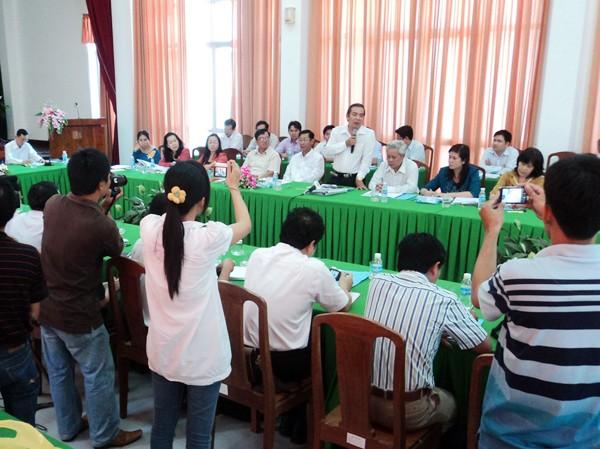 Ông Võ Thanh Hùng (đứng, cầm micro) trả lời báo chí. Ảnh: Sáu Nghệ