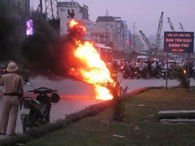 Hai xe máy đang chạy bỗng bốc lửa cháy rụi