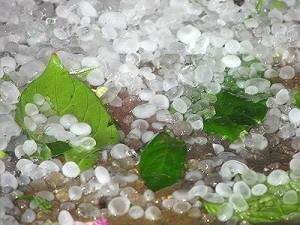 Mưa đá trắng xóa mặt đất tại Hà Giang