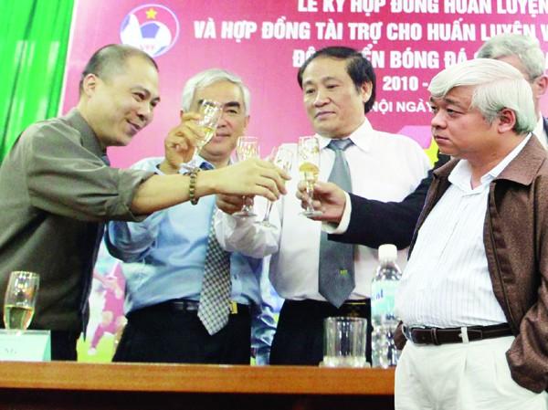 Chủ tịch AVG Phạm Nhật Vũ (trái) và Phó CT VPF Nguyễn Đức Kiên (phải) đã đạt được thỏa thuận chuyển giao bản quyền truyền hình V.League cho VPF Ảnh: VSI