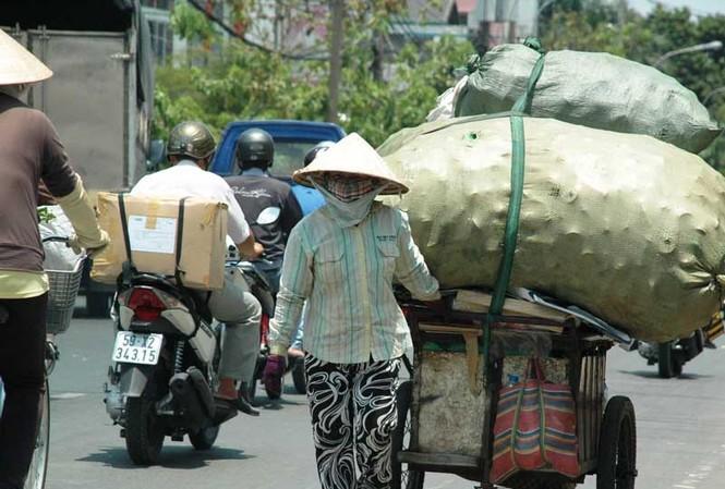 Mưu sinh giữa nắng nóng Sài Gòn