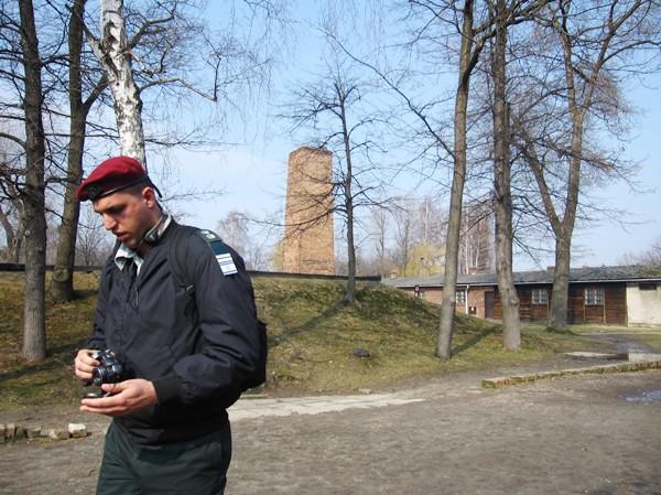 Một trong rất nhiều những người lính Israel đến thăm di tích Auschwitz Ảnh: Thu Tâm - Hoài Anh