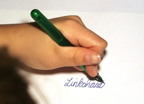 Dùng tay trái giúp kiềm chế tốt hơn