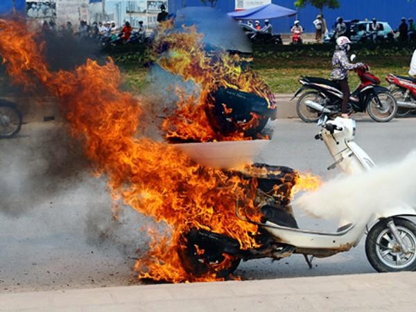 Vụ cháy xe Attila trên đường Nguyễn Xiển