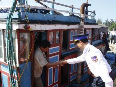 Quảng Nam: 11 ngư dân gặp nạn trở về an toàn