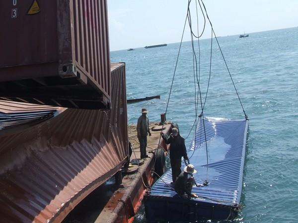 Chuyển các container lên sà lan 1.000 tấn