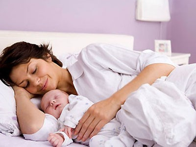 Ngủ với mẹ tốt cho tim trẻ
