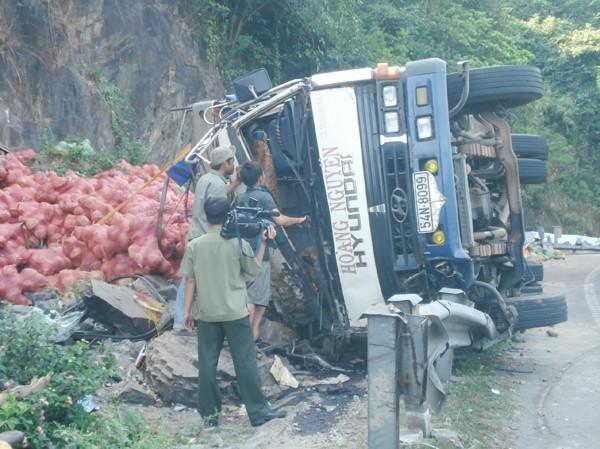 Lật xe tải, một người chết