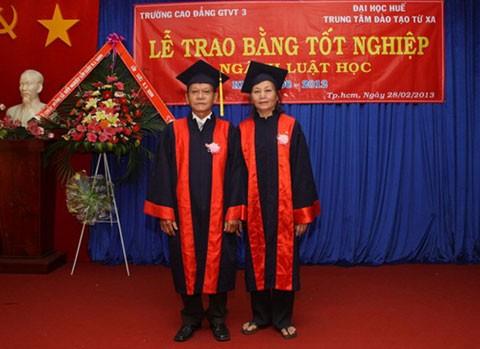 Vợ chồng sinh viên luật U70 tốt nghiệp