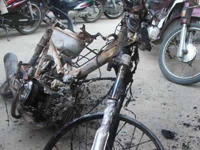 Nghi vợ ngoại tình, chồng đốt xe máy