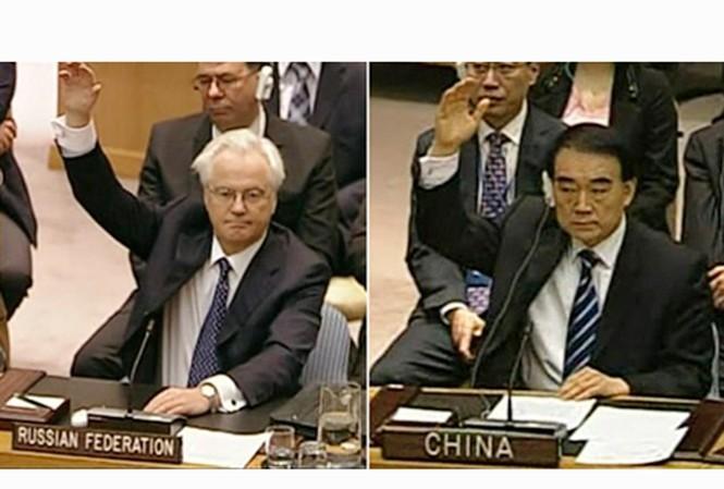Đại diện của Nga (trái) và Trung Quốc tại LHQ phản đối nghị quyết trừng phạt Chính phủ Syria